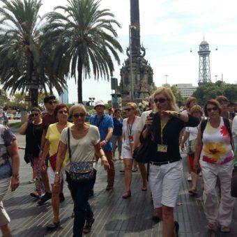 Grupa zwiedzająca Barcelonę z polskim przewodnikiem